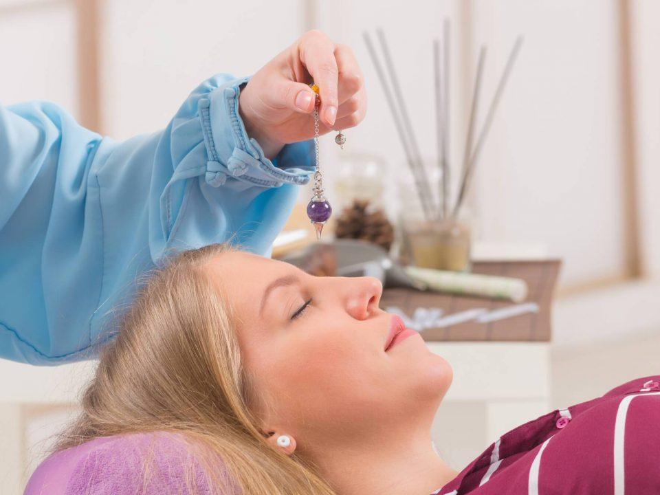 Mulher hipnotizada por hipnoterapeuta